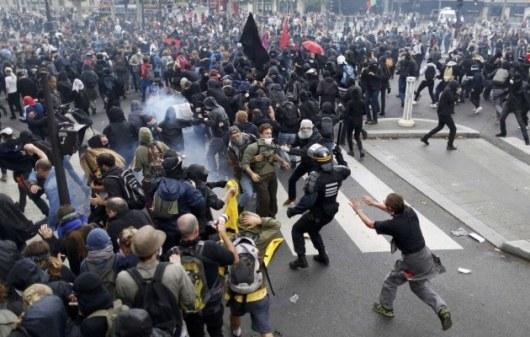 Встолице франции многотысячная толпа столкнулась сполицией